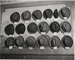 cappelli appesi in una stanza da biliardo